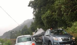 cAuto mit Bootsanhänger verursacht Stau