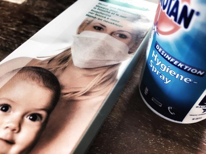 Atemmaske und Desinfektionsspray