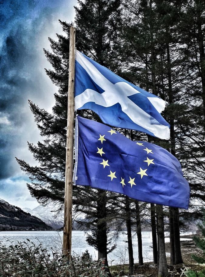 schottische und EU Flagge
